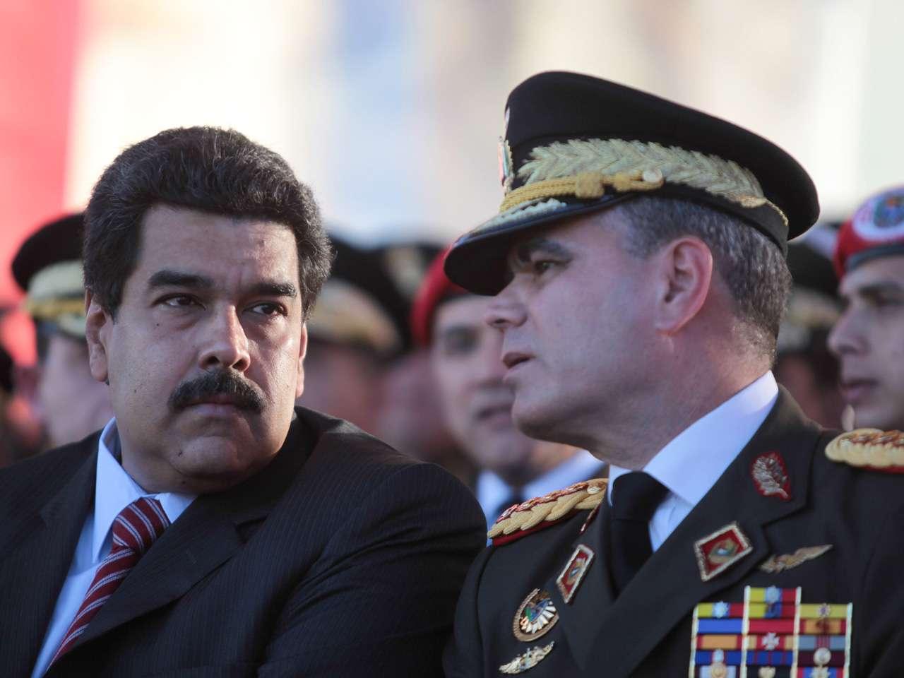 Fotografía donde se observa al presidente venezolano, Nicolás Maduro (i), junto al ministro de la Defensa, Vladimir Padrino López Foto: EFE en español