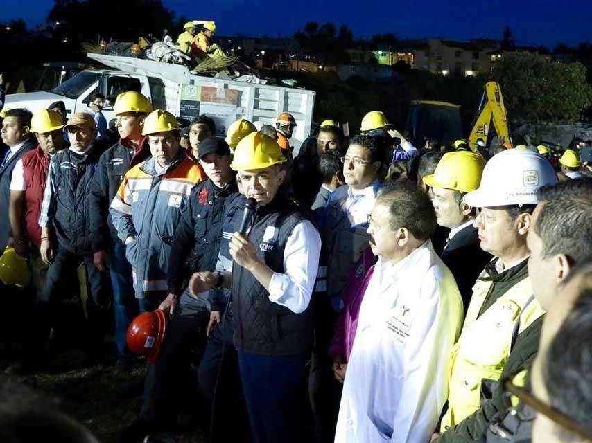 El jefe de gobierno capitalino convocó esta noche a los medios de comunicación a la zona del hospital siniestrado en 70%. Foto: Reforma/Manuel Durán