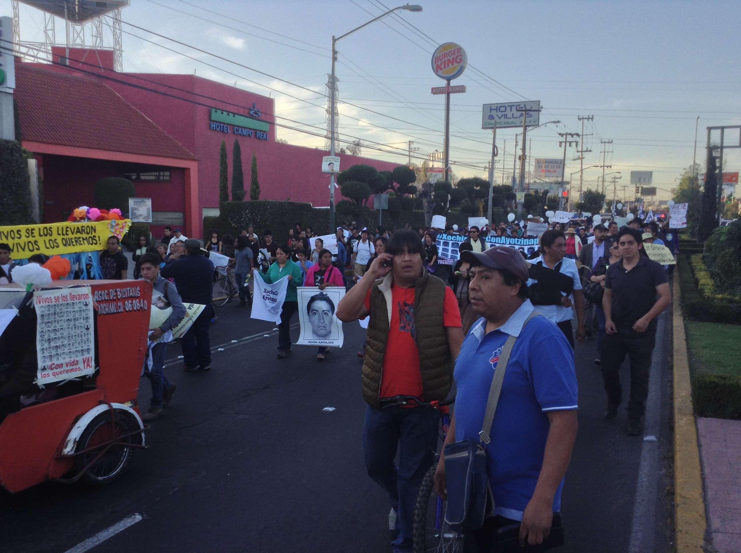 Familiares de los normalistas desaparecidos en Ayotzinapa, ciudadanos en general, así como varias organizaciones sociales de Xochimilco, marcharon por la avenida Prolongación División del Norte hacia el deportivo Xochimilco en demanda de justicia. #XochimilcoConAyotzinapa, es el hashtag con el que se informa en la red social Twitter y en la cuenta @Xochimilco_DF, sobre el avance e incidencias de la marcha. Foto: Verónica Ortiz Narváez/Terra México
