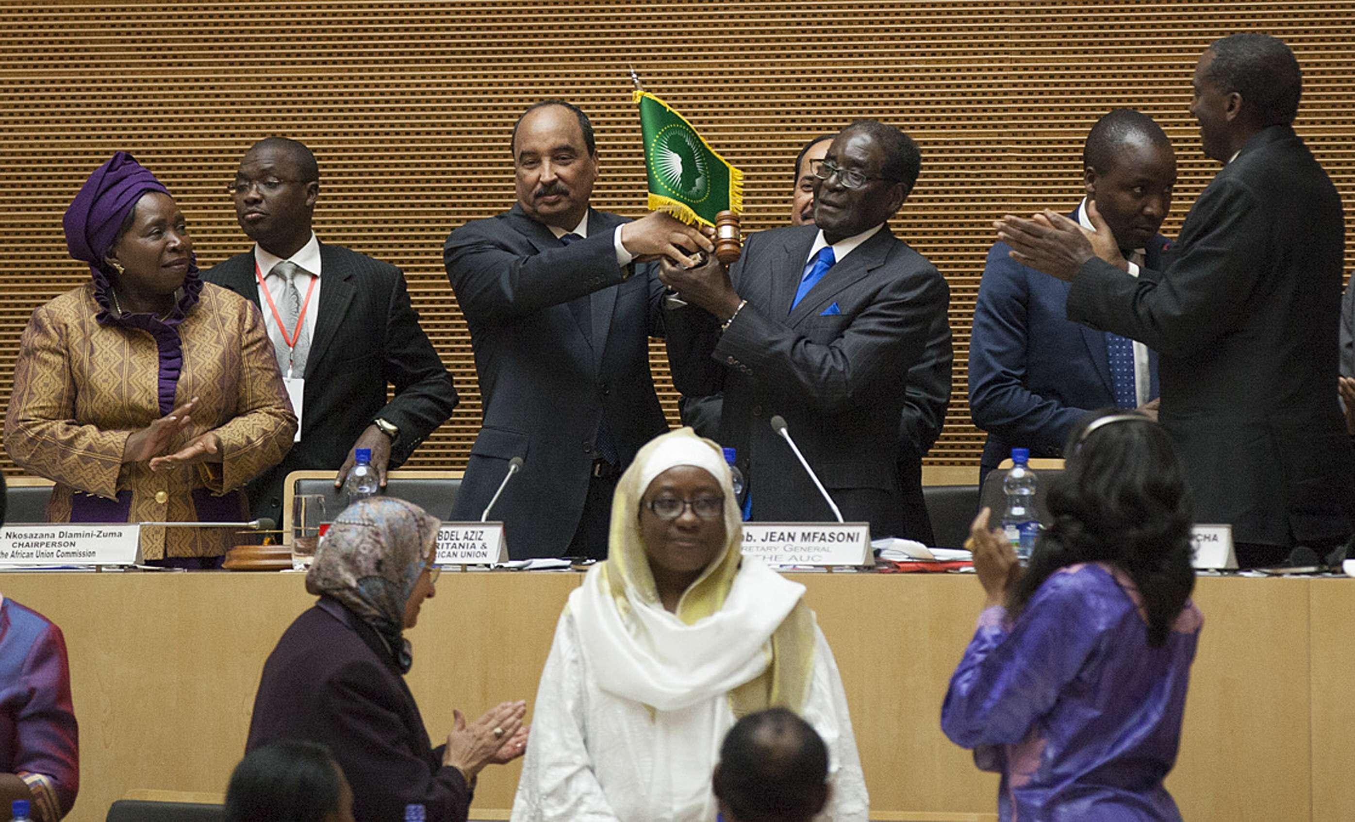 El nuevo Presidente de la Unión Africana (UA) y gobernante de Zimbabwe, Robert Mugabe, participa en la 24 Cumbre de la UA en la sede de la UA en Addis Abeba, capital de Etiopía Foto: AFP en español