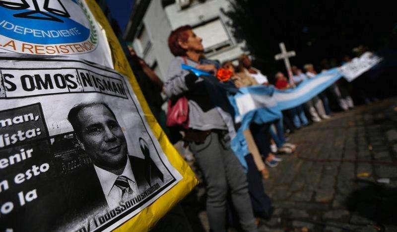 Imagem do procurador argentino Alberto Nisman durante manifestação em Buenos Aires após sua morte. 29/01/2015 Foto: Marcos Brindicci/Reuters
