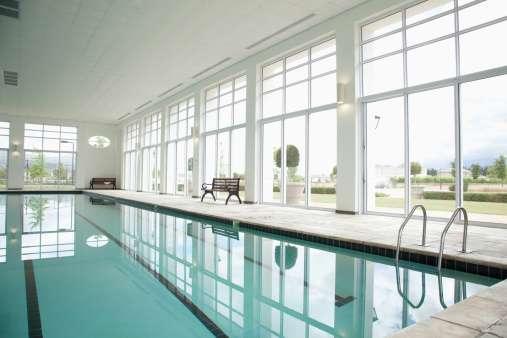 En Suecia, donde las personas por lo general tienen actitudes tolerantes sobre la desnudez, las piscinas públicas tienen salones para cambiarse y duchas sin divisiones de privacidad Foto: Getty Images