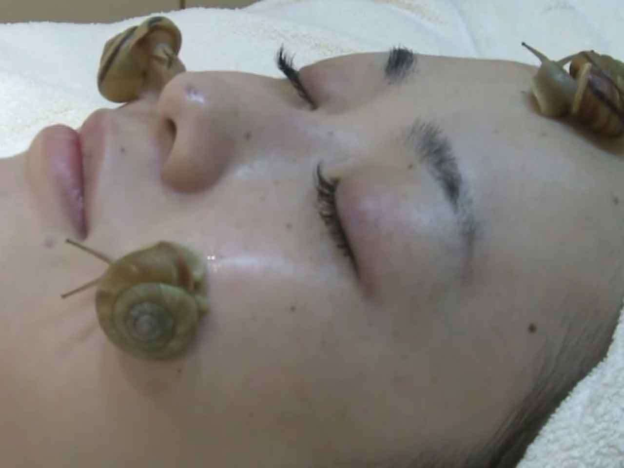 Tratamiento facial a base de caracoles. Foto: YouTube