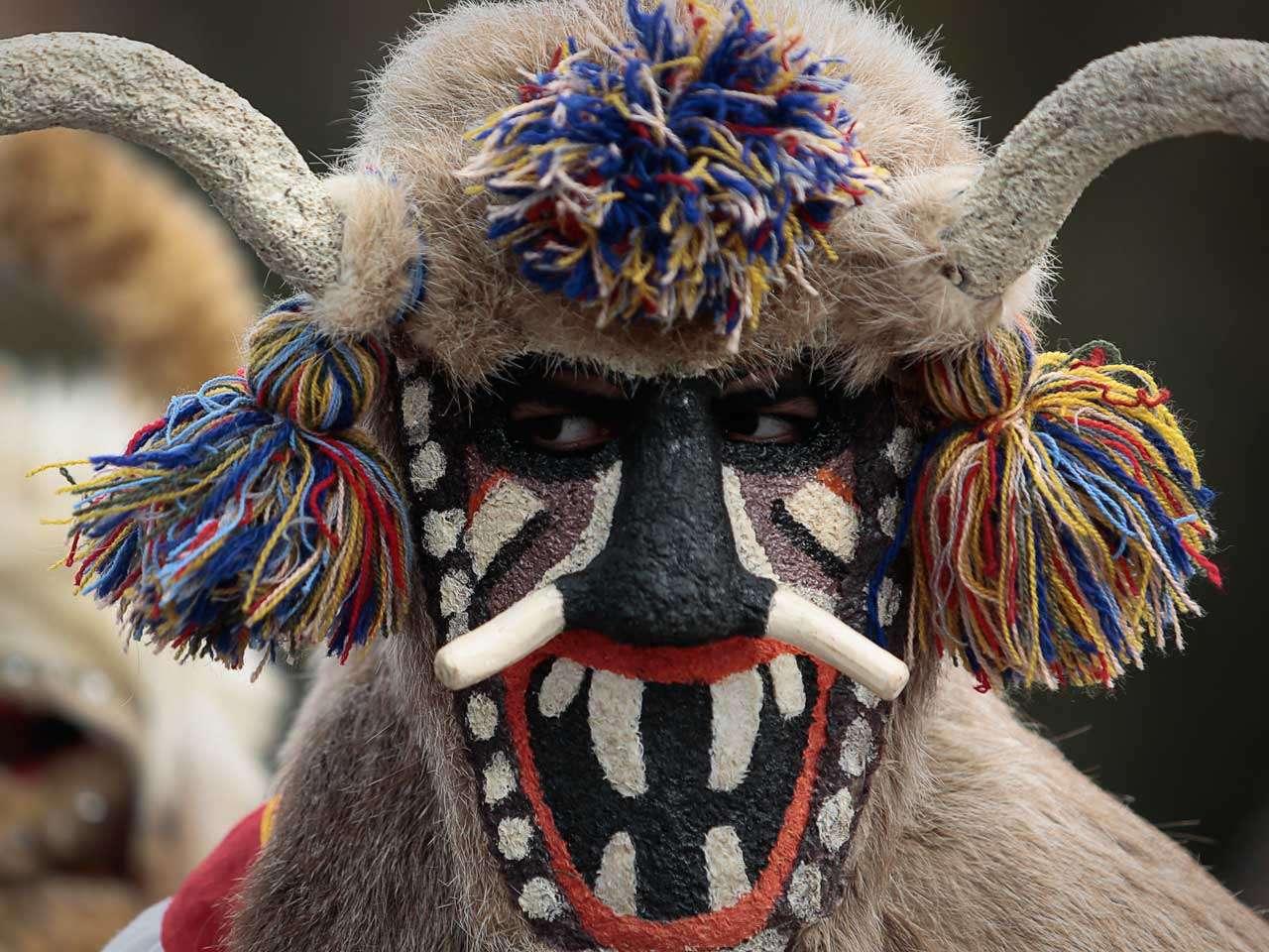 """Un danzante búlgaro toma parte en el Festival de los Juegos de Máscaras """"Surva"""", en Pernik, Bulgaria, el festival contará con la participación de cinco mil personas durante tres días, 31 de enero de 2015. Foto: AP en español"""
