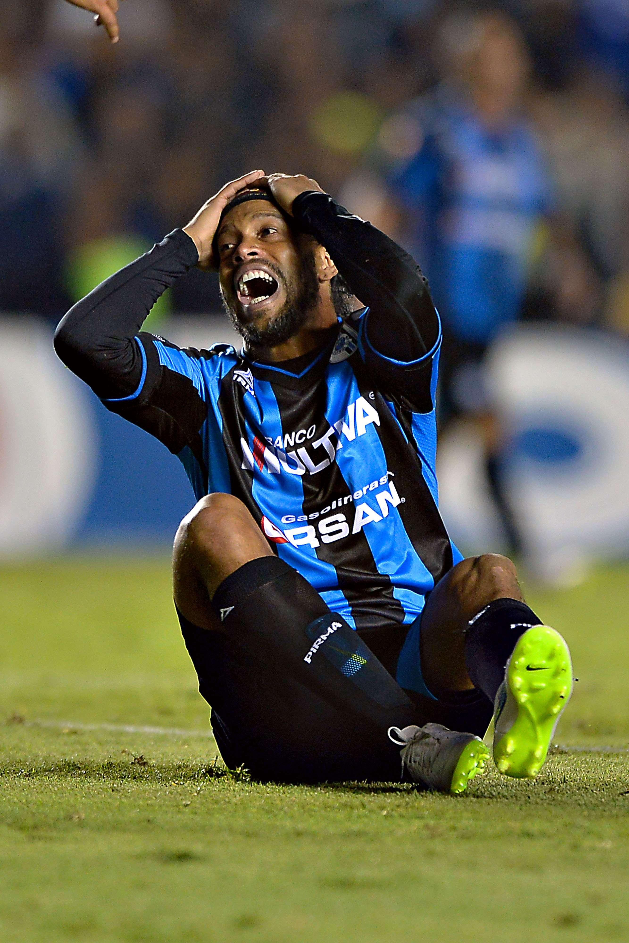 Ronaldinho pidió un penal que no le marcaron. Foto: Mexsport