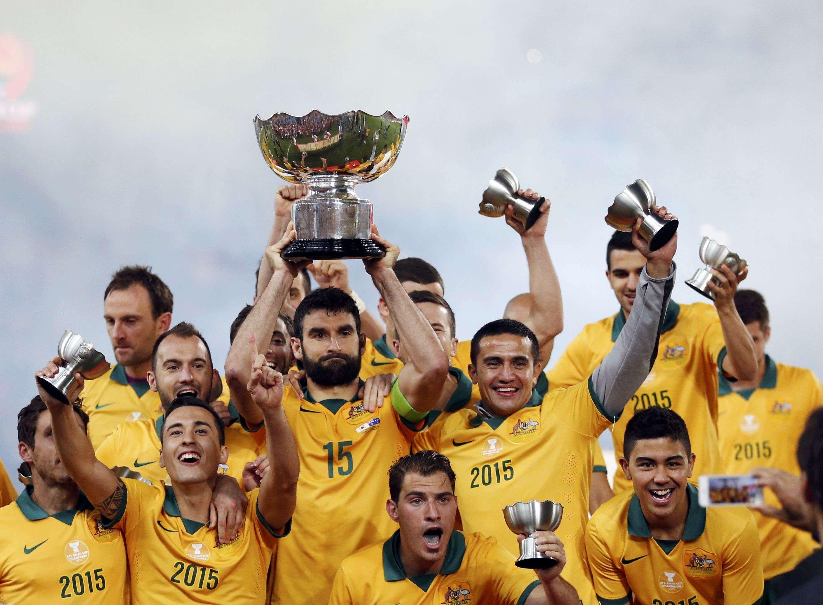 Jogadores da Austrália levantam o troféu da Copa da Ásia Foto: Tim Wimborne/Reuters
