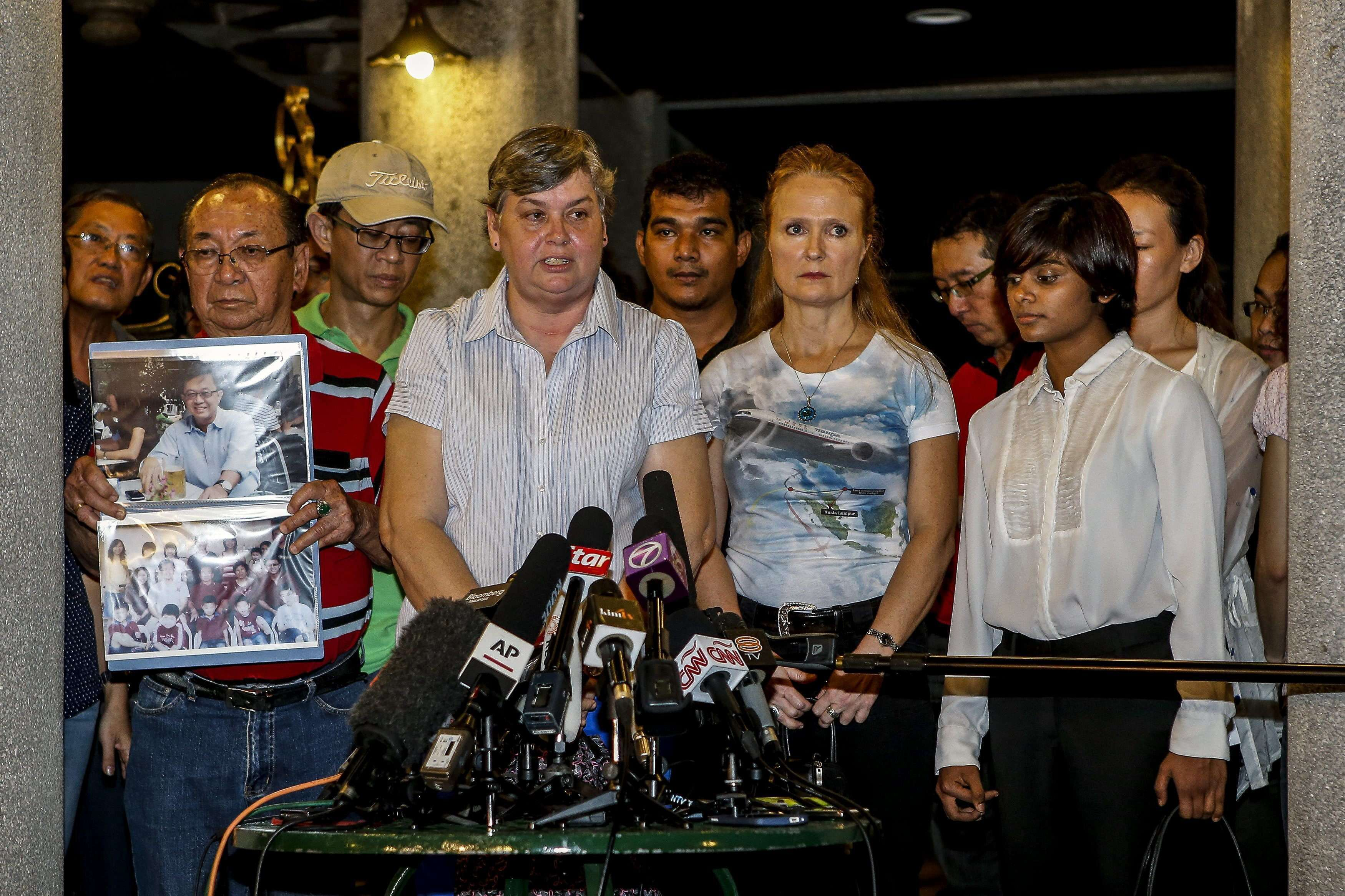 Jacquita Gomes (2i), cuyo marido trabajaba como controlador en el avión del vuelo MH370 desaparecido el 8 de marzo de 2014, habla en nombre de los familiares de las víctimas durante una rueda de prensa en Subang Jaya, Malasia (viernes 30 de enero de 2015). Foto: EFE en español
