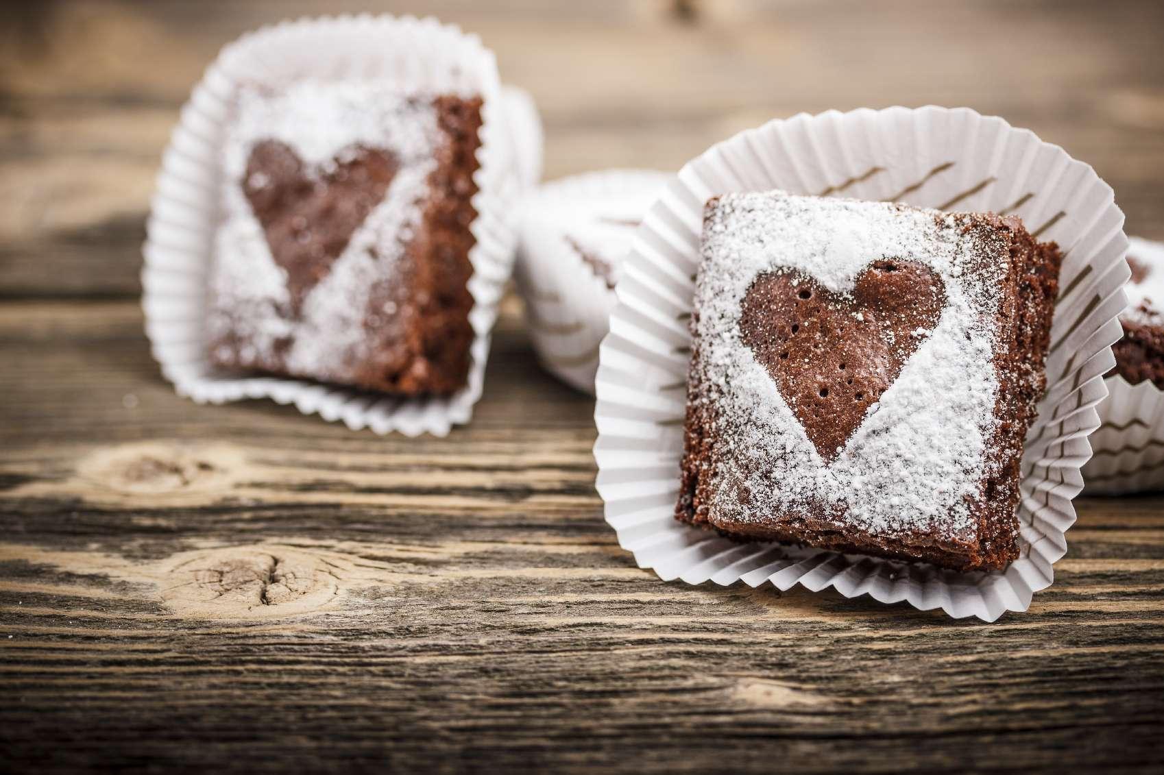 Unos brownies decorados con corazón pueden ser un regalo delicioso para tu pareja. Foto: iStock