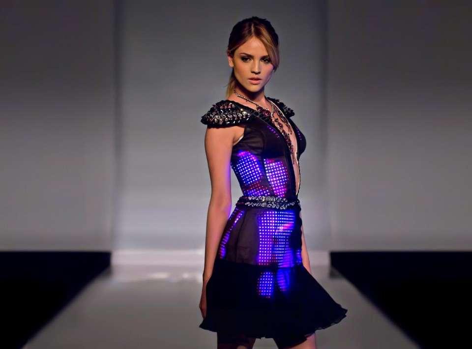 La actriz Eiza Gonzáles viste un diseño de Cute Circuit con luces LED. Foto: http://cutecircuit.com