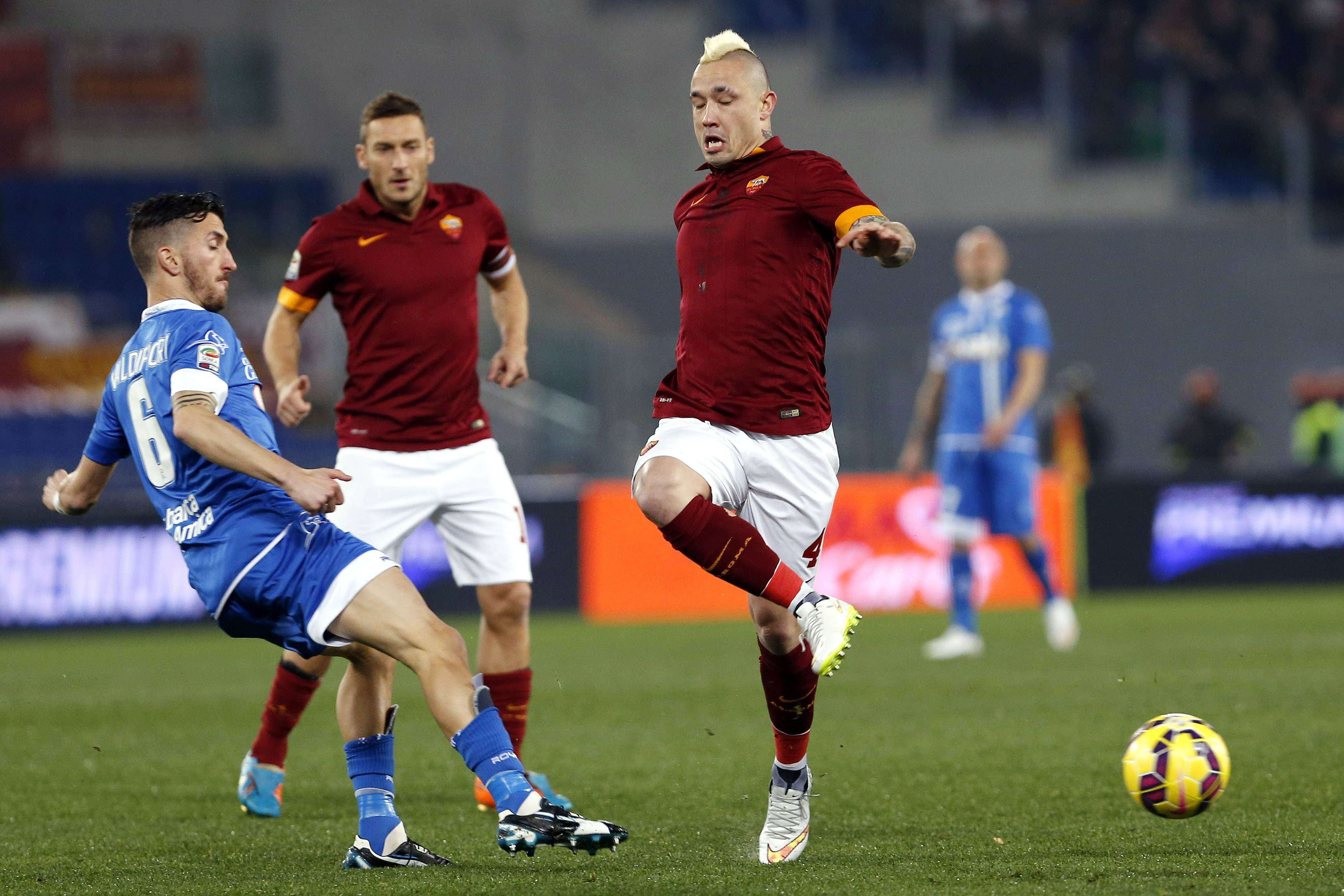Empoli's Mirko Valdifiori (L) challenges AS Roma's Radja Nainggolan during their Italian Serie A soccer match at the Olympic stadium in Rome January 31, 2015. REUTERS/Giampiero Sposito (ITALY - Tags: SPORT SOCCER) Foto: GIAMPIERO SPOSITO/REUTERS