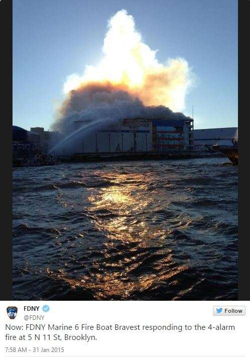Los bomberos señalaron que el fuerte viento provocó que el fuego se reavivara. Foto: Instagram / FDNY
