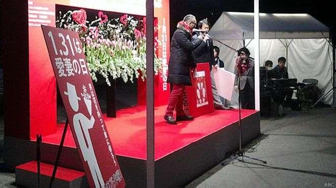 Organizador do evento, Kiyotaka Yamana encoraja um marido a gritar o amor pela esposa em público Foto: BBCBrasil.com