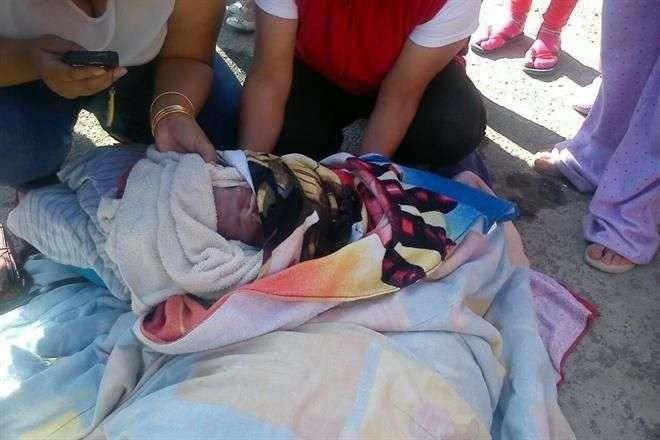 La madre y el bebé fueron trasladados a bordo de una ambulancia a un hospital para su valoración médica. Foto: Saúl Ramírez/Reforma