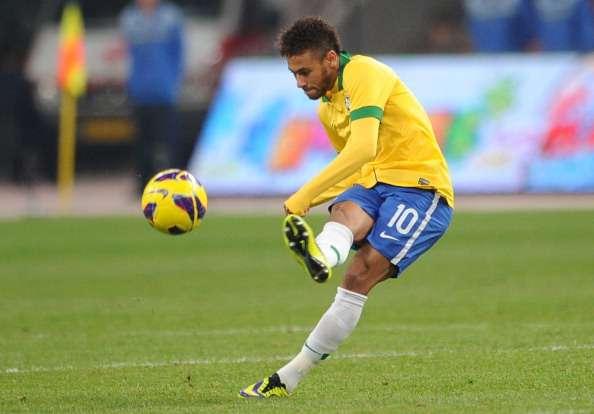 Neymar, mostrando su técnica de golpeo con Brasil. Foto: Getty Images