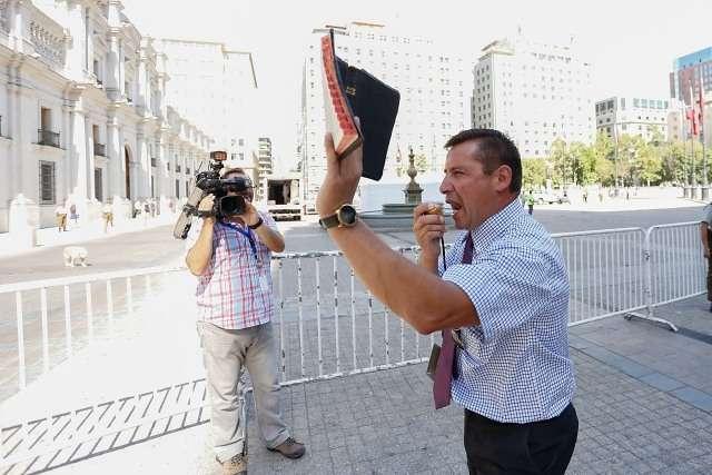 El Pastor Evangélico Javier Soto llego hasta la plaza de la Constitución, para predicar y protestar contra la despenalización del aborto. Foto: Agencia Uno