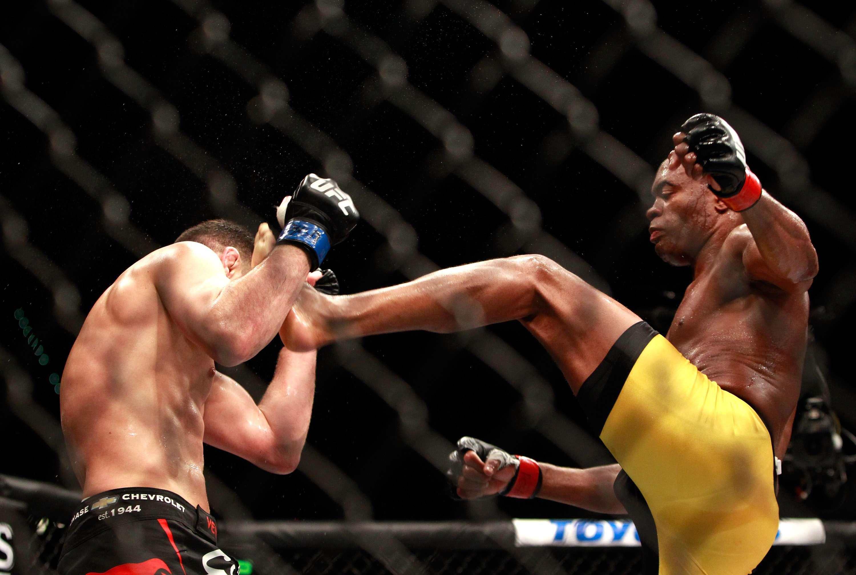 Sem medo, Anderson Silva acerta Diaz com a perna esquerda, a mesma que fraturou em 2013 Foto: Steve Marcus/Getty Images