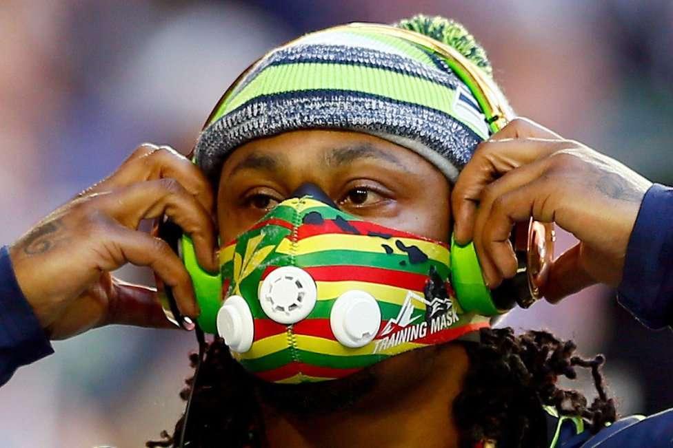 Curiosa máscara que lleva Marshawn Lynch de los Seattle Seahawks. Foto: AFP en español