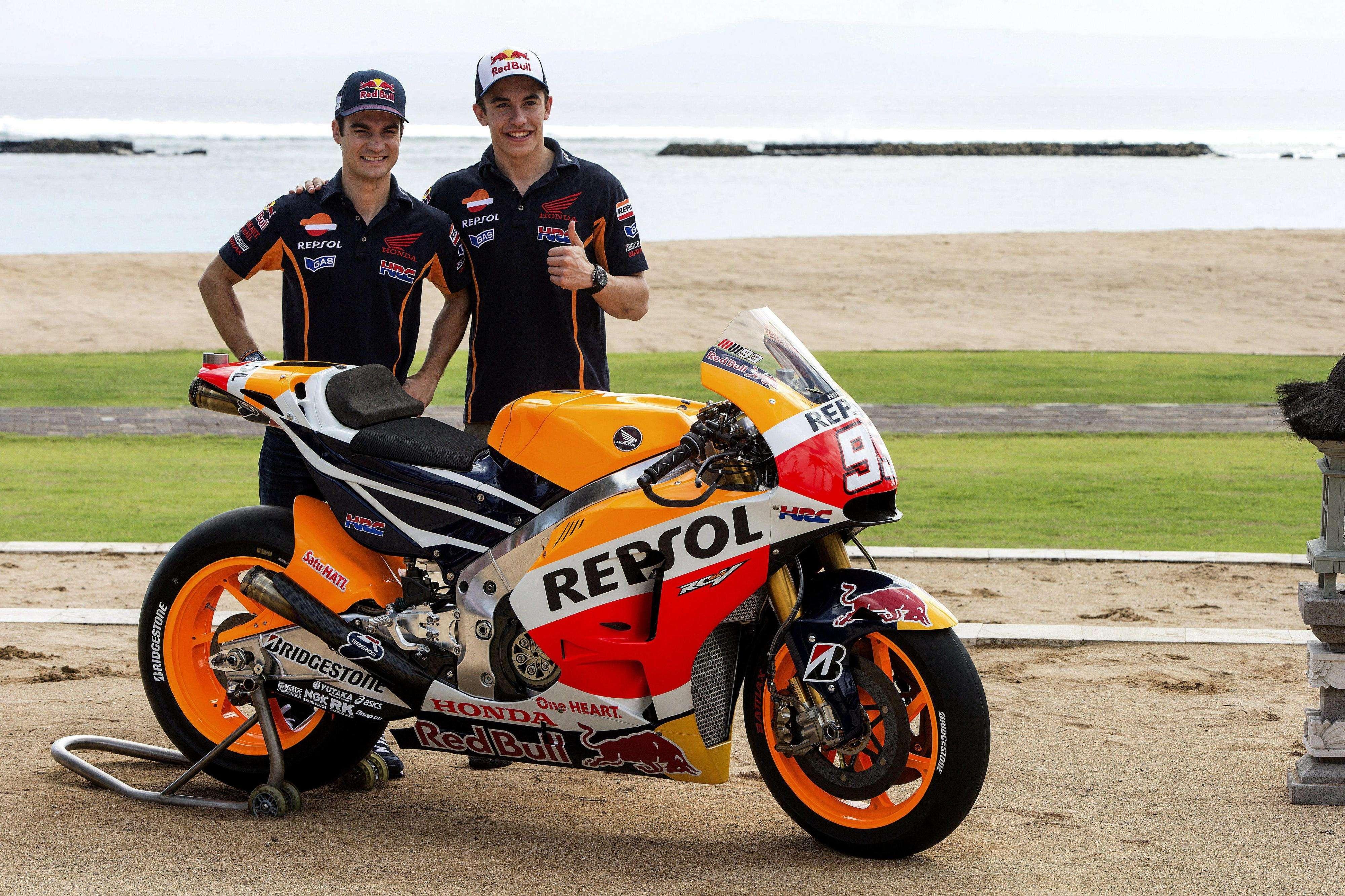 Los pilotos españoles Marc Márquez (d) y Dani Pedrosa han presentado hoy en Bali (Indonesia), junto con su equipo Repsol-Honda, las motos con las que correrán en la temporada 2015 que está a punto de comenzar. Foto: EFE en español