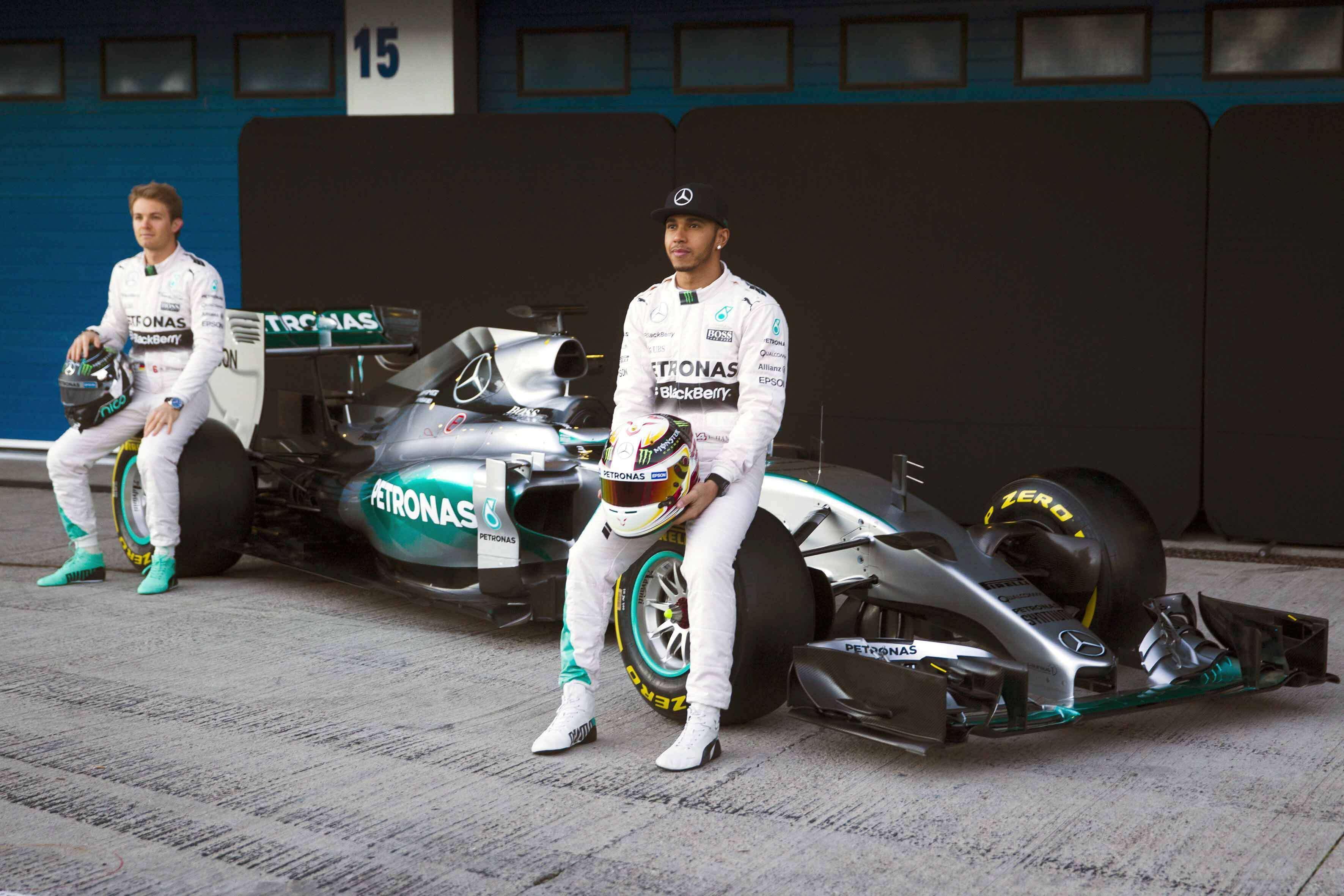 Los pilotos de Formula Uno del equipo Mercedes, el alemán Erik Nico Rosberg (i) y el británico Lewis Hamilton, junto a su nuevo monoplaza W06 durante la presentación esta mañana en el Circuito de Jerez de la Frontera (Cádiz). Foto: EFE en español