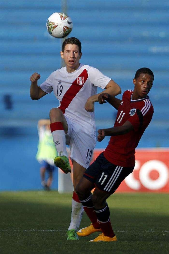 El jugador de Perú Adrián Ugarriza (i) disputa el balón con Jeison Lucumí (d) de Colombia. Foto: EFE en español