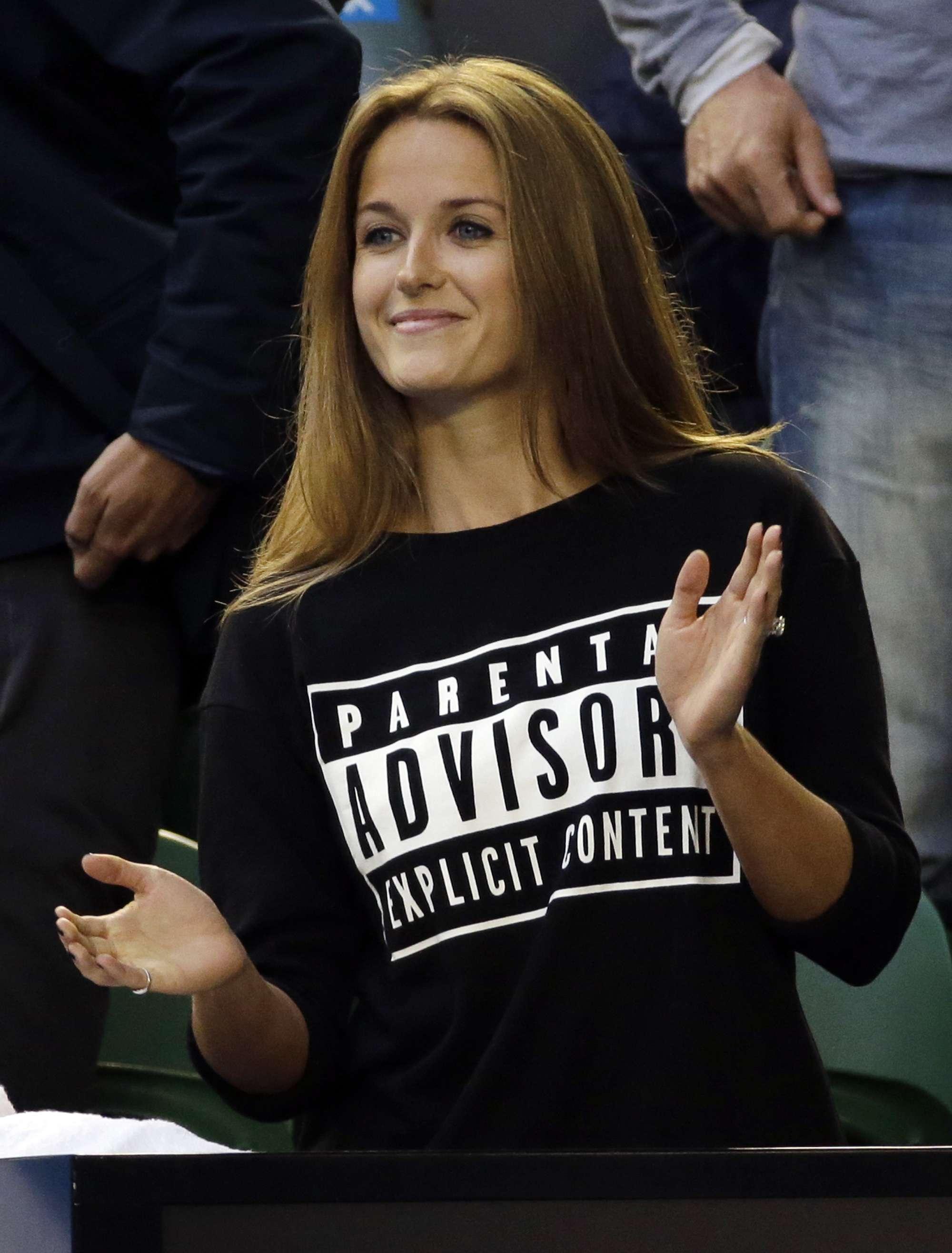 Kim Sears, novia de Andy Murray, advirtió con una leyenda colocada en su sudadera que podría soltar más insultos contra el contrincante de su pareja Foto: AP
