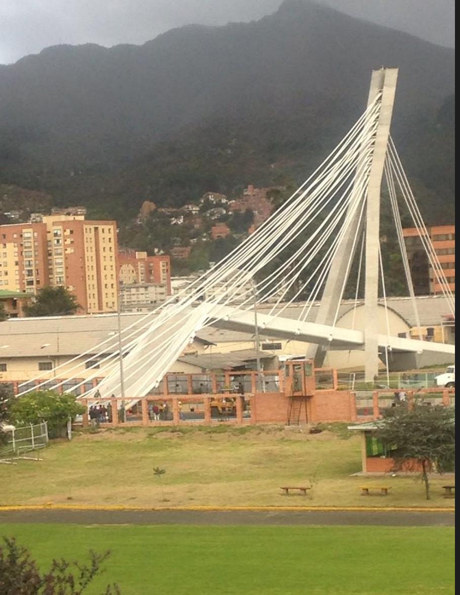 Puente que colapsó en el norte de Bogotá. Foto: Bomberos de Bogotá./Archivo particular