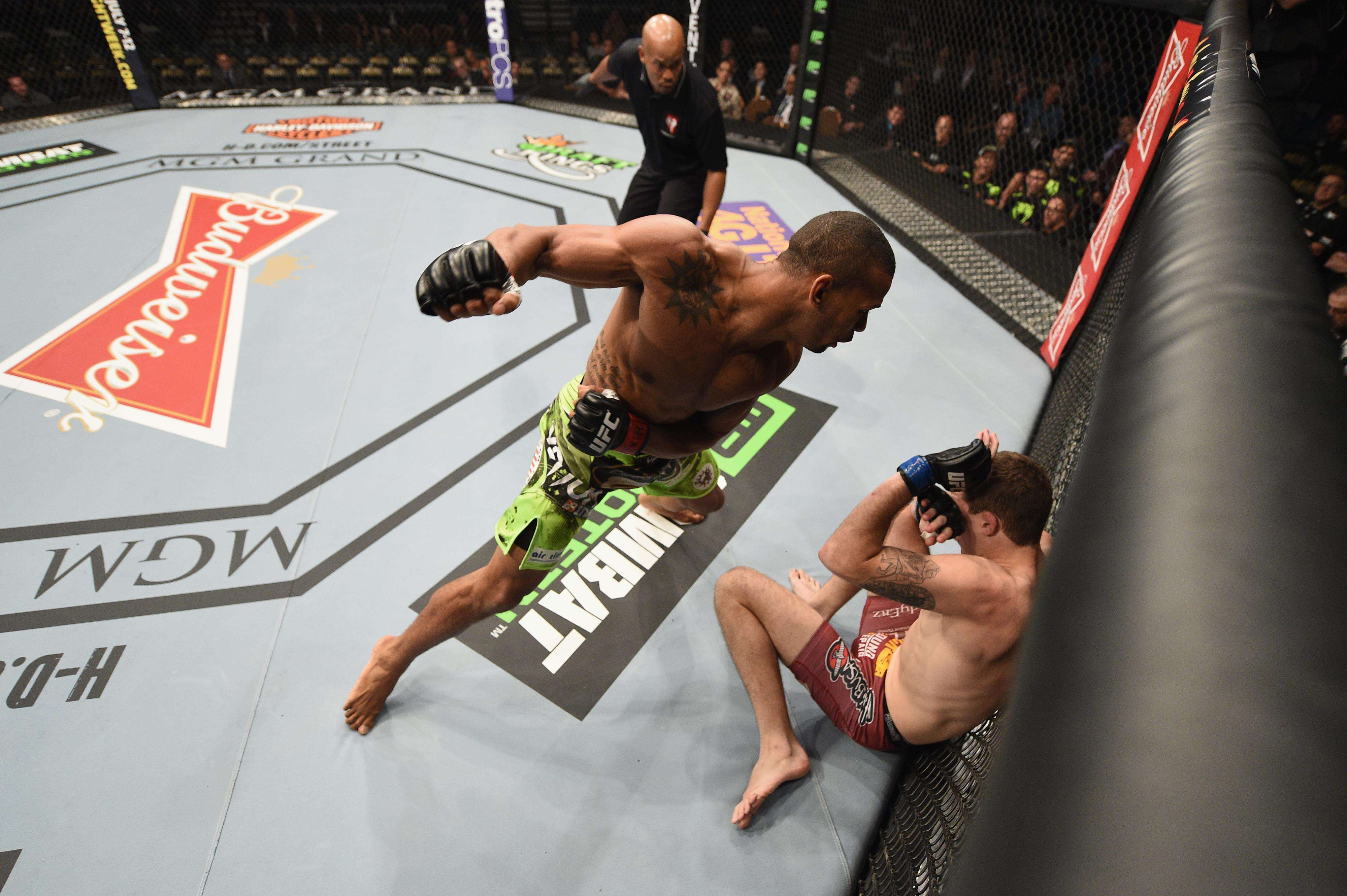 Thiago Marreta nocauteia Andy Enz no primeiro round do UFC 183 Foto: Josh Hedges/ Zuffa LLC /Getty Images