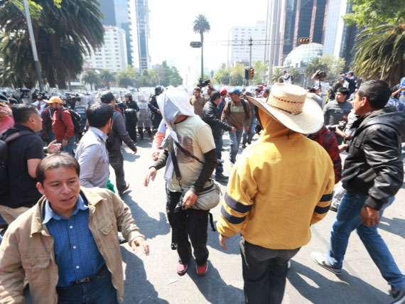 Hasta que comenzaron a dispersarse y los agentes lograron liberar Paseo de la Reforma para reabrirla a la circulación vehicular. Foto: Terra