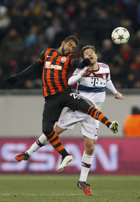 Shakhtar Donetsk's Alex Teixeira (L) goes ...