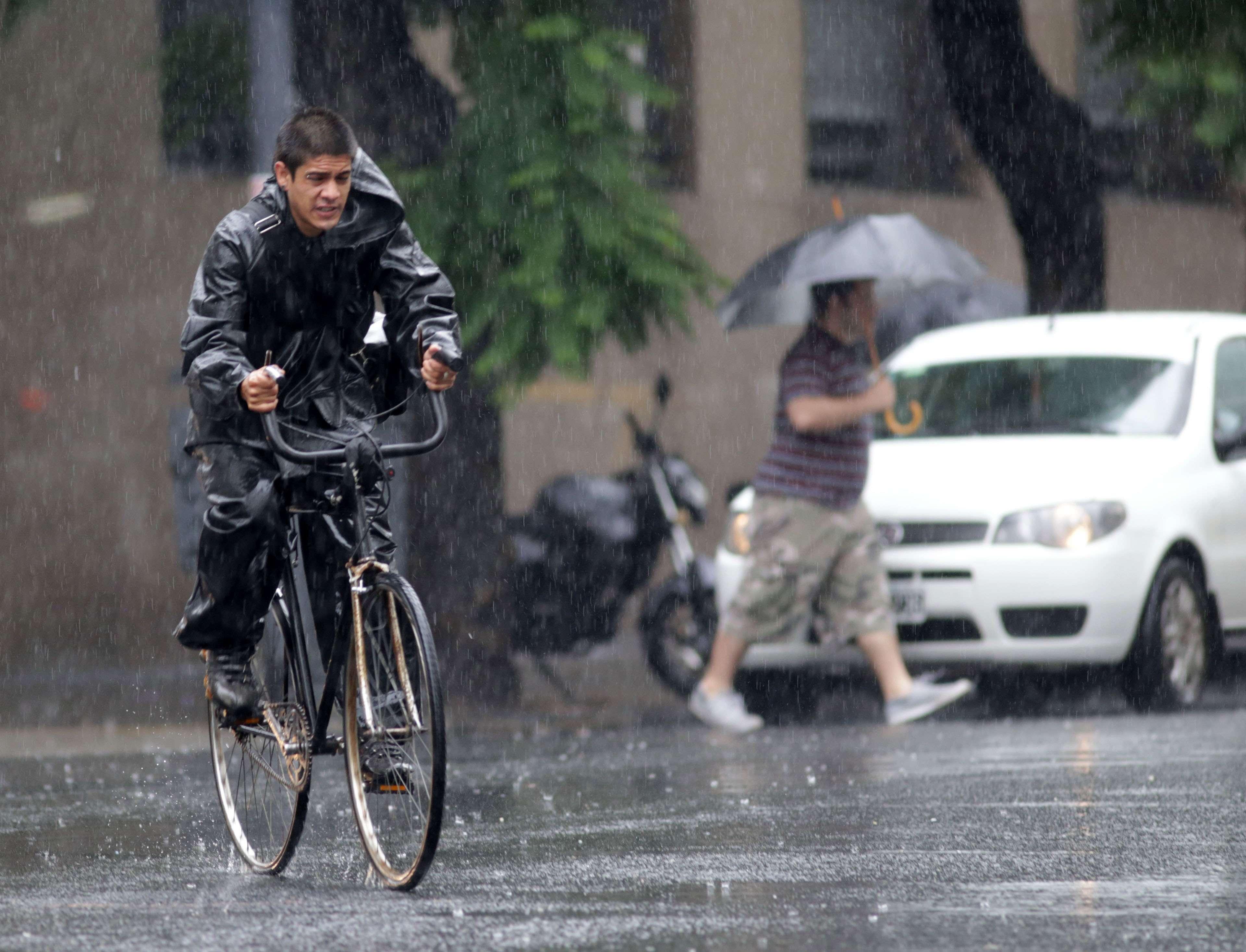 Luego de varios días de intenso calor, llegan las lluvias a Buenos Aires. Foto: NA