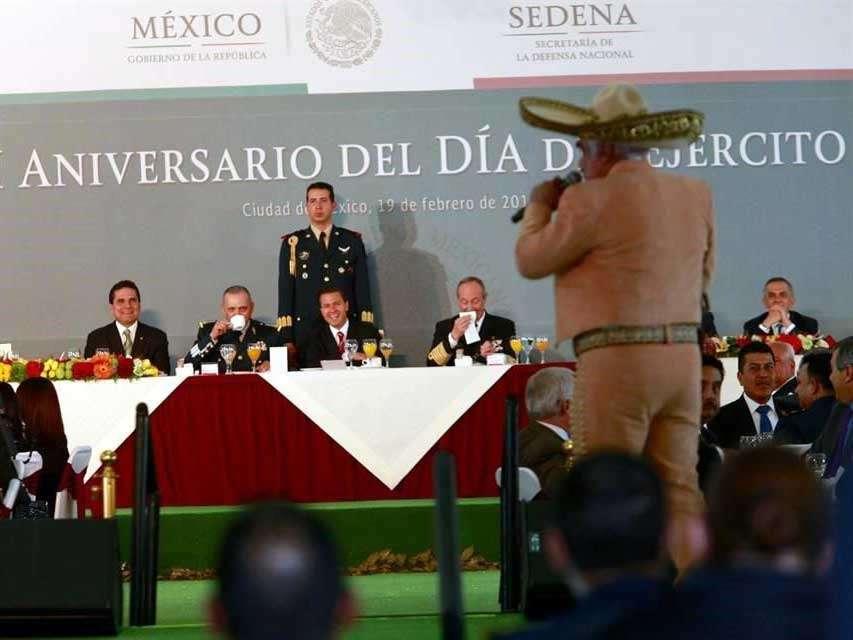 Tras la intervención de Peña Nieto, el cantante Vicente Fernández inició un espectáculo del que fueron excluidos los medios de comunicación. Foto: Reforma/Luis Castillo