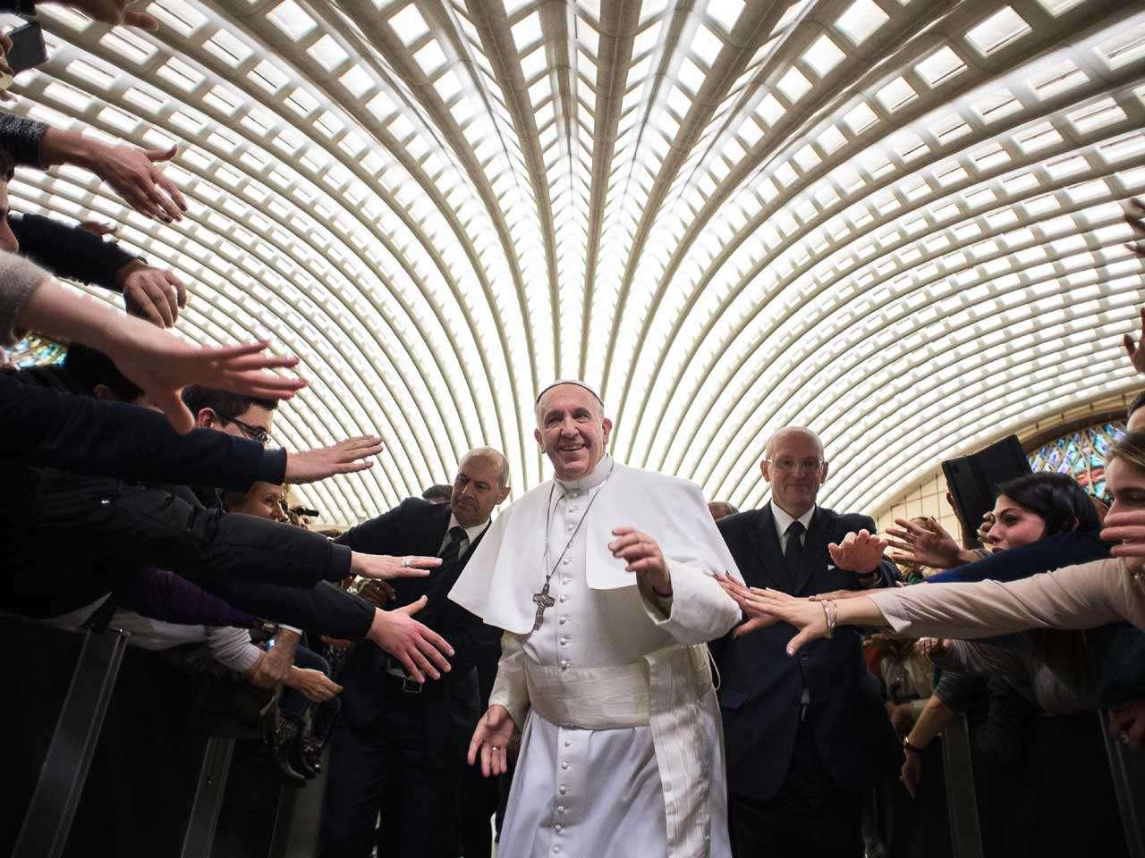 El papa Francisco arriva a una reunión con miembros de una diócesis del sur de Italia, el 21 de febrero de 2015. Foto: AP en español