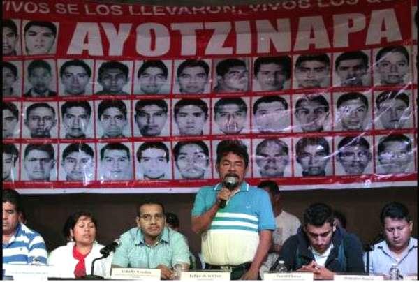 Los padres de los 43 normalistas desaparecidos han prometido no parar de buscarlos. Foto: Twitter