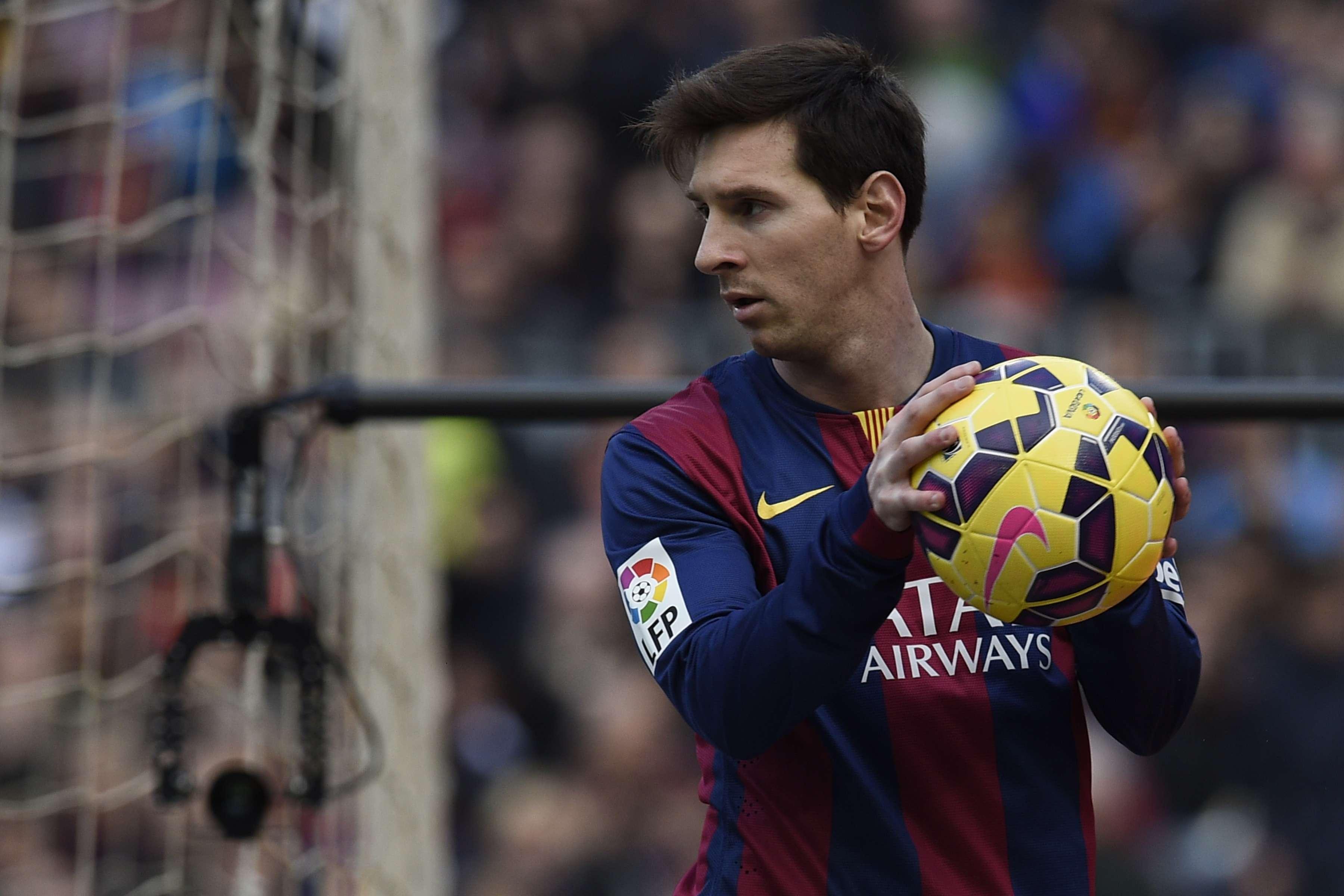 Lionel Messi carrega bola na partida entre Barcelona e Málaga Foto: Lluis Gene/AFP