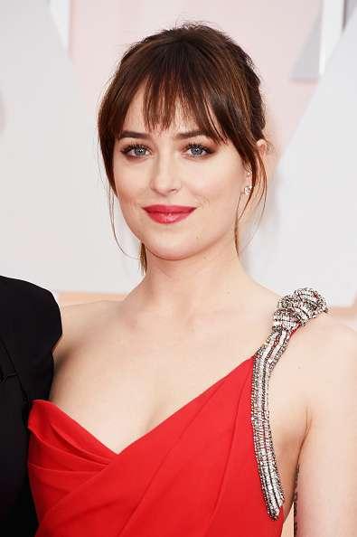 Simplemente preciosa lució Dakota Johnson en la red carpet de los Oscar. Sus ojos azules brillaron al máximo con el make up que eligió y sus labios rojos fueron la combinación perfecta de dulzura y sensualidad. Foto: GettyImages