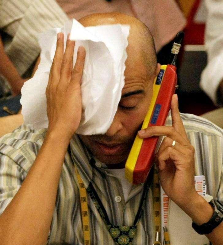 Un operador en la Bolsa de Valores de Sao Paulo, oct 10 2008. El índice Bovespa de la Bolsa de Sao Paulo caía el lunes, debido a que la presión de la minera Vale pesaba más que el avance de los papeles de las empresas de educación y el fabricante de cigarros Souza Cruz. Foto: Paulo Whitaker (BRAZIL) - RTX9EQN/Reuters