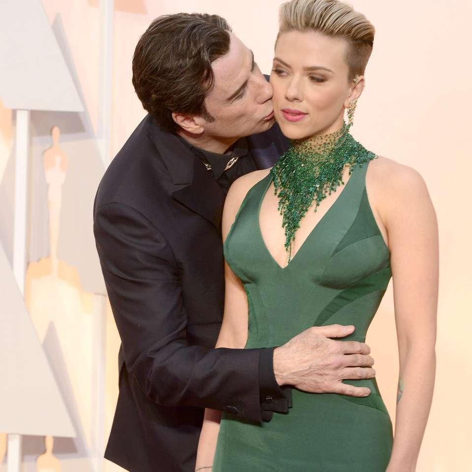 """El beso """"incómodo"""" que John Travolta le dio a su colega Scarlett Johannson, sobre la alfombra roja del Oscar 2015, despertó la imaginación de los tuiteros. Foto: EFE en español"""