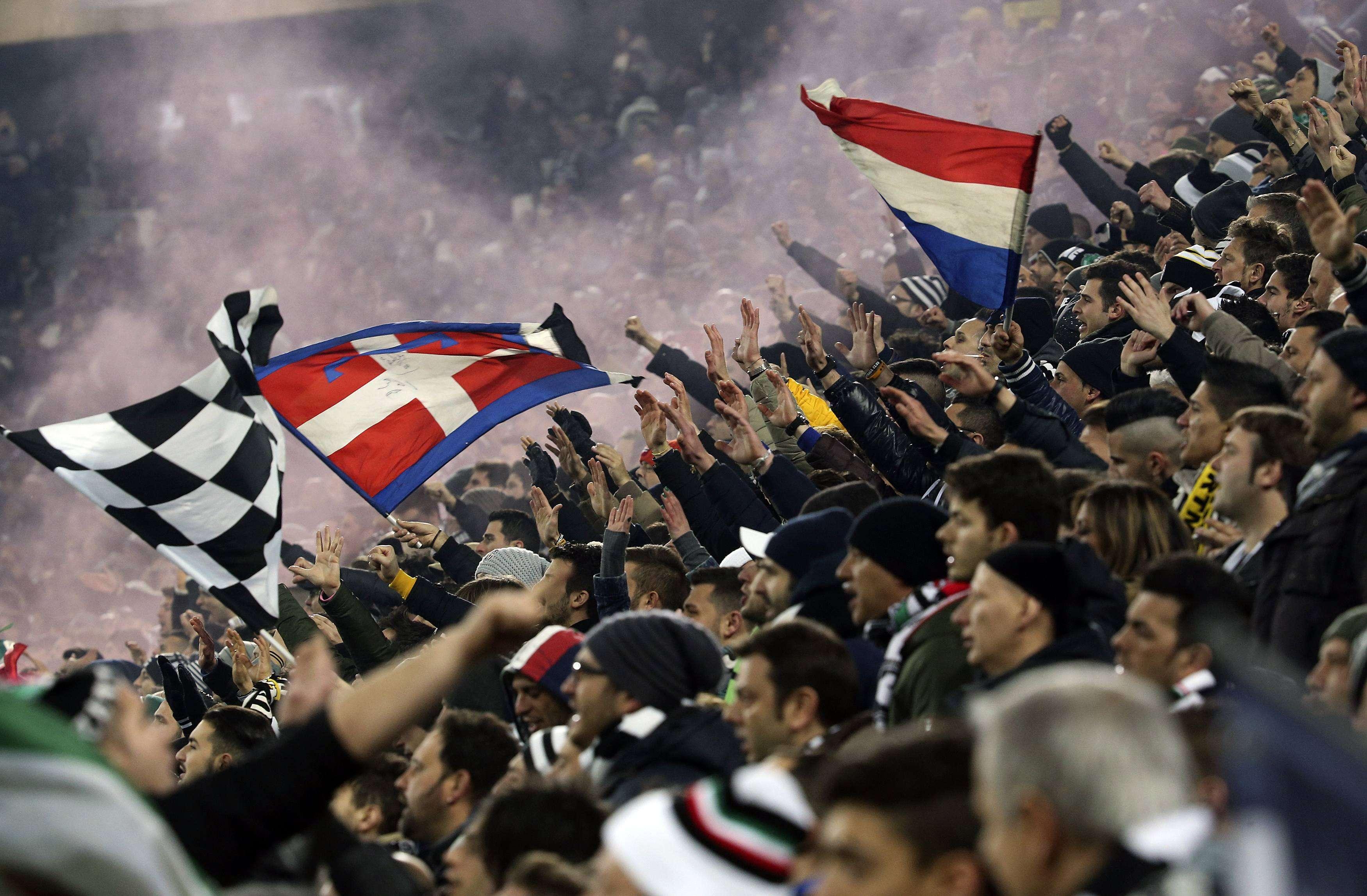 Torcida da Juventus faz a festa em Turim Foto: Alessandro Bianchi/Reuters