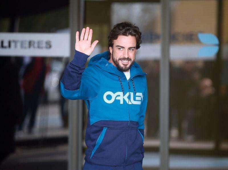 Fernando Alonso acena para a imprensa ao sair do hospital em Barcelona. 25/02/2015 Foto: Albert Gea/Reuters