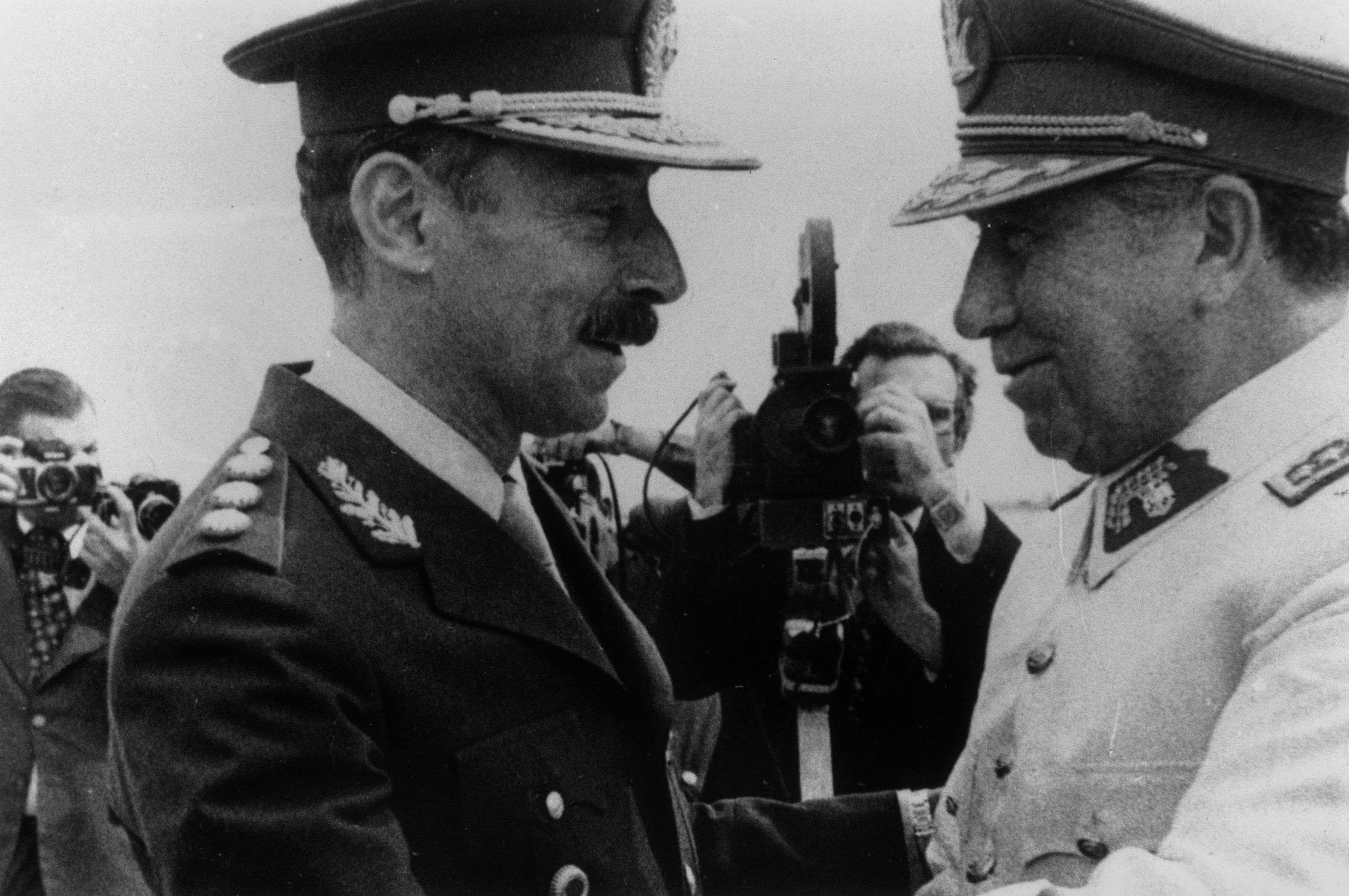 Dictadores en 1978: El chileno Augusto Pinochet (derecha) y el argentino Jorge Videla, en Mendoza, Argentina. Foto: Getty Images