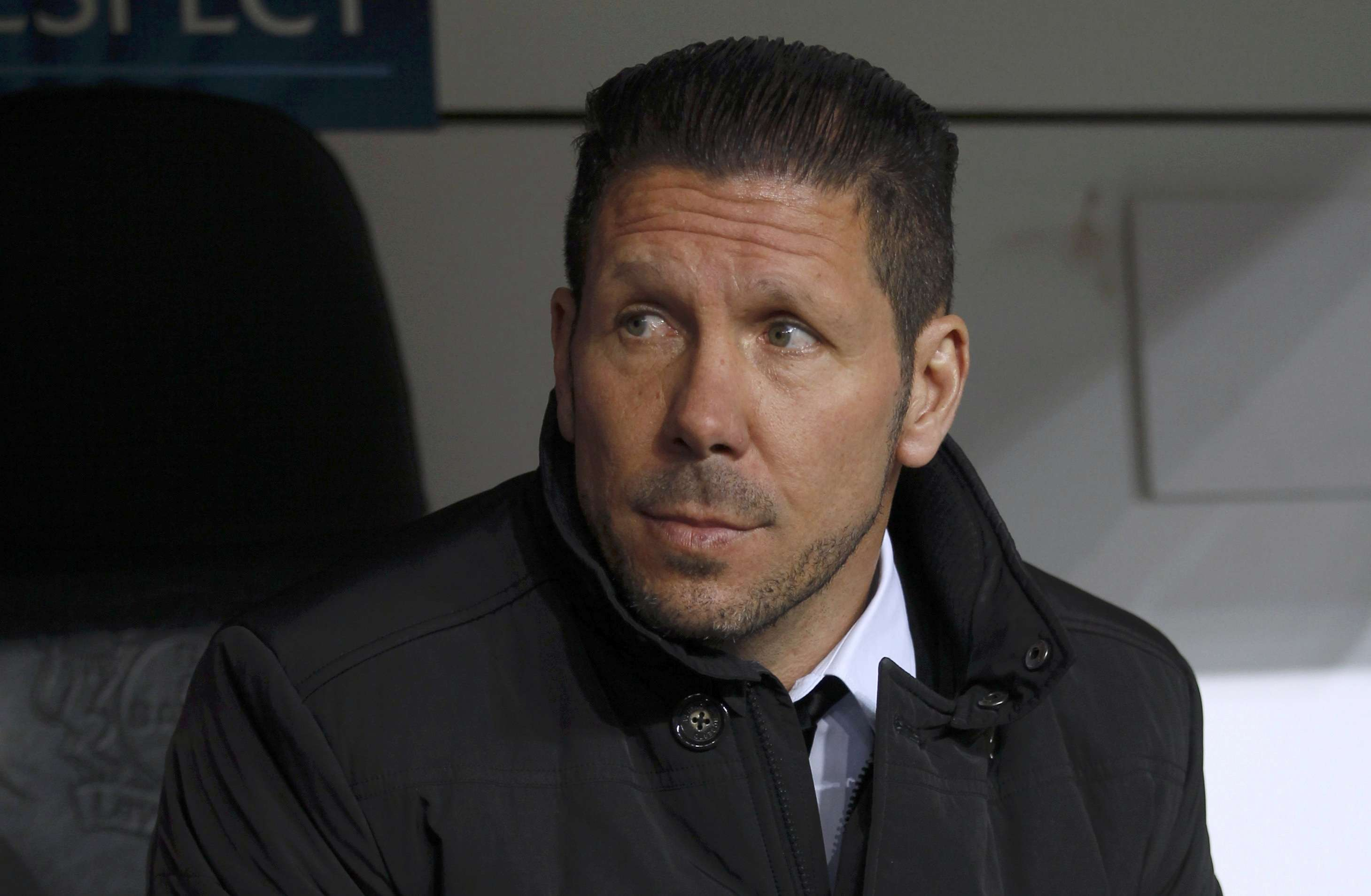 Atletico Madrid's coach Diego Simeone sits on the bench prior to the Champions League round of 16, first leg soccer match against Bayer Leverkusen, in Leverkusen February 25, 2015. REUTERS/Ina Fassbender (GERMANY - Tags: SPORT SOCCER HEADSHOT) Foto: INA FASSBENDER/REUTERS