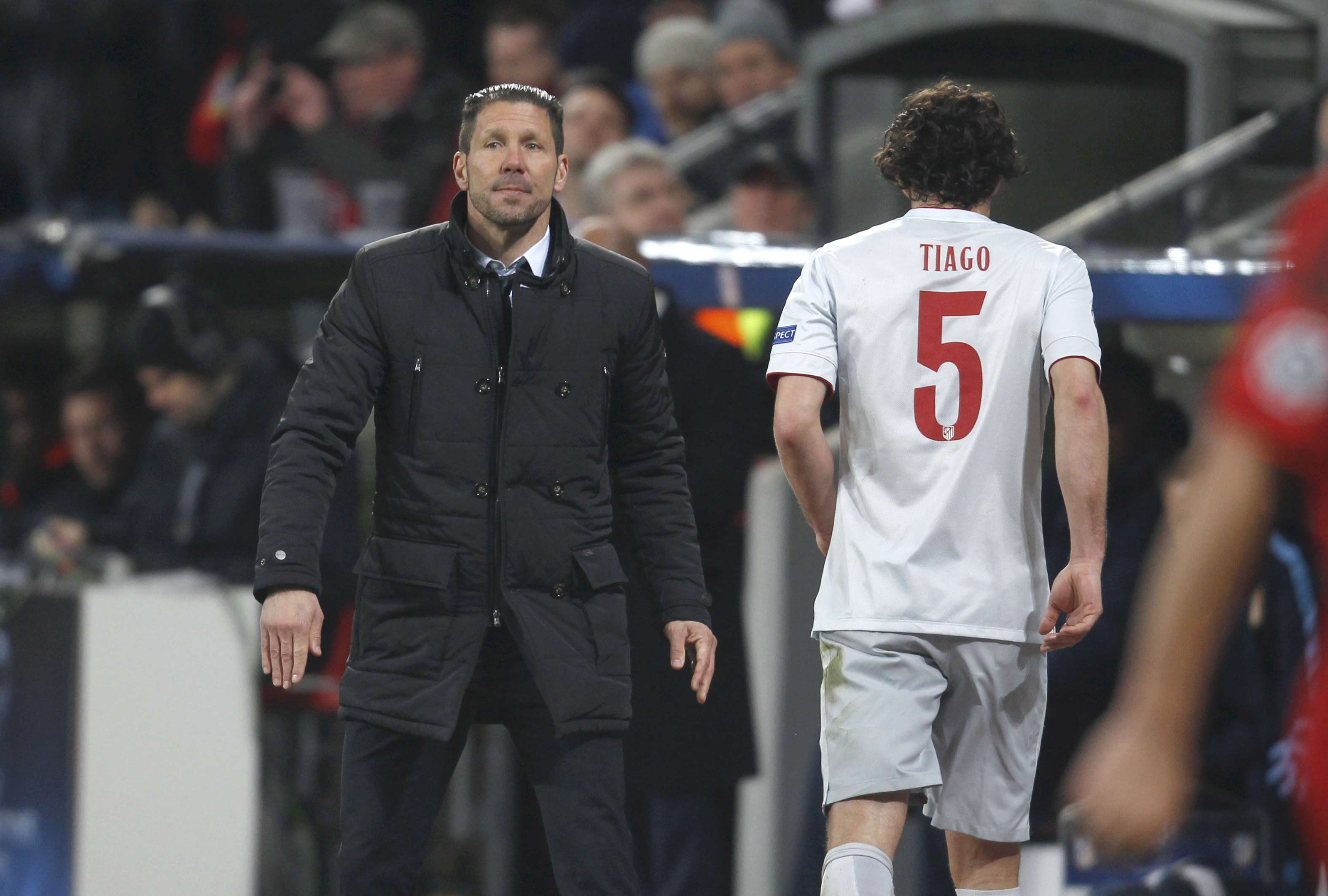 Atletico Madrid's Tiago Mendes walks past his coach Diego Simeone (L) after receiving a red card during the Champions League round of 16, first leg soccer match against Bayer Leverkusen, in Leverkusen February 25, 2015. REUTERS/Ina Fassbender (GERMANY - Tags: SPORT SOCCER) Foto: INA FASSBENDER/REUTERS