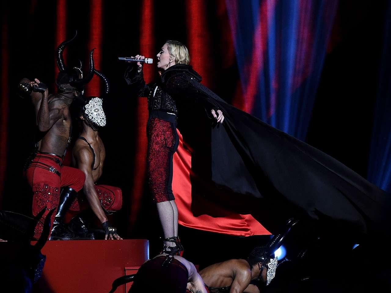 La caída de Madonna cerró de manera inesperada la ceremonia de los Brit Awards 2015. Foto: Getty Images