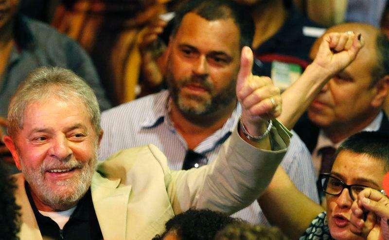 O ex-presidente Luiz Inácio Lula da Silva participa de um ato em defesa da Petrobras, no Rio de Janeiro, nesta terça-feira. 24/02/2015 Foto: Sergio Moraes/Reuters