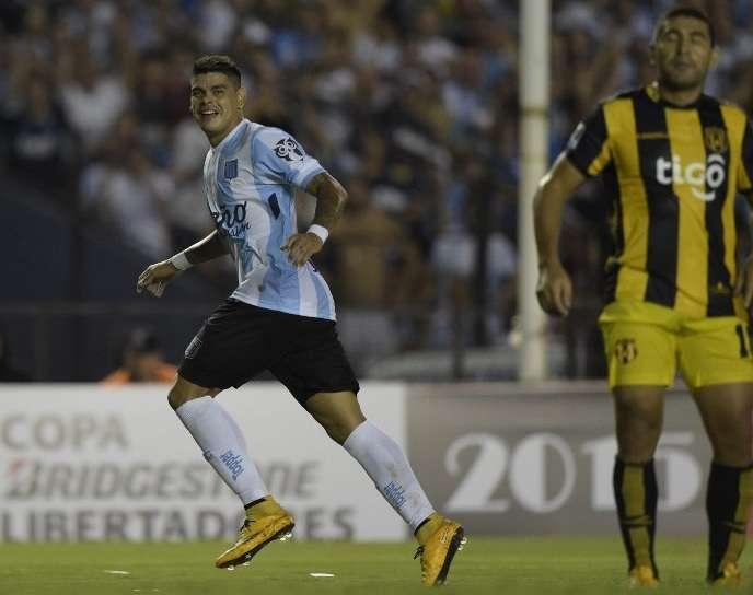 Gustavo Bou celebra el primero de sus tres goles en la victoria de Racing 4-1 sobre Guaraní. Foto: AFP