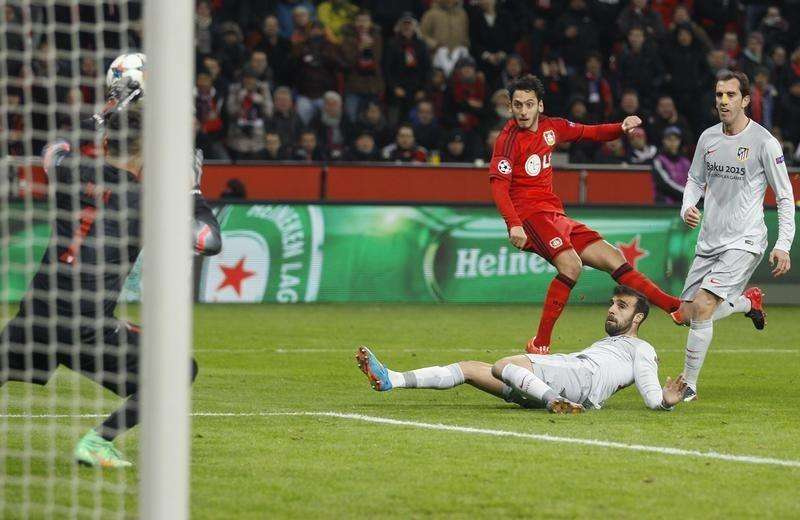 Bayer Leverkusen's Hakan Calhanoglu (C) scores a goal past Atletico Madrid's goalkeeper Miguel Angel Moya (L) during their Champions League round of 16, first leg soccer match in Leverkusen February 25, 2015. Foto: Ina Fassbender/Reuters