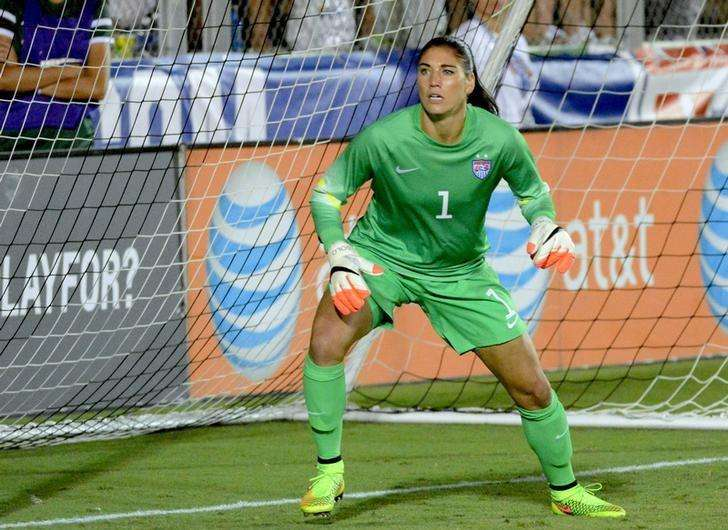 Aug 20, 2014; Cary, NC, USA; USA goalkeeper Hope Solo (1) watches a cross during a women's friendly between the USA and Switzerland at Wake Med Soccer Park. Mandatory Credit: Rob Kinnan-USA Today.. Foto: Reuters