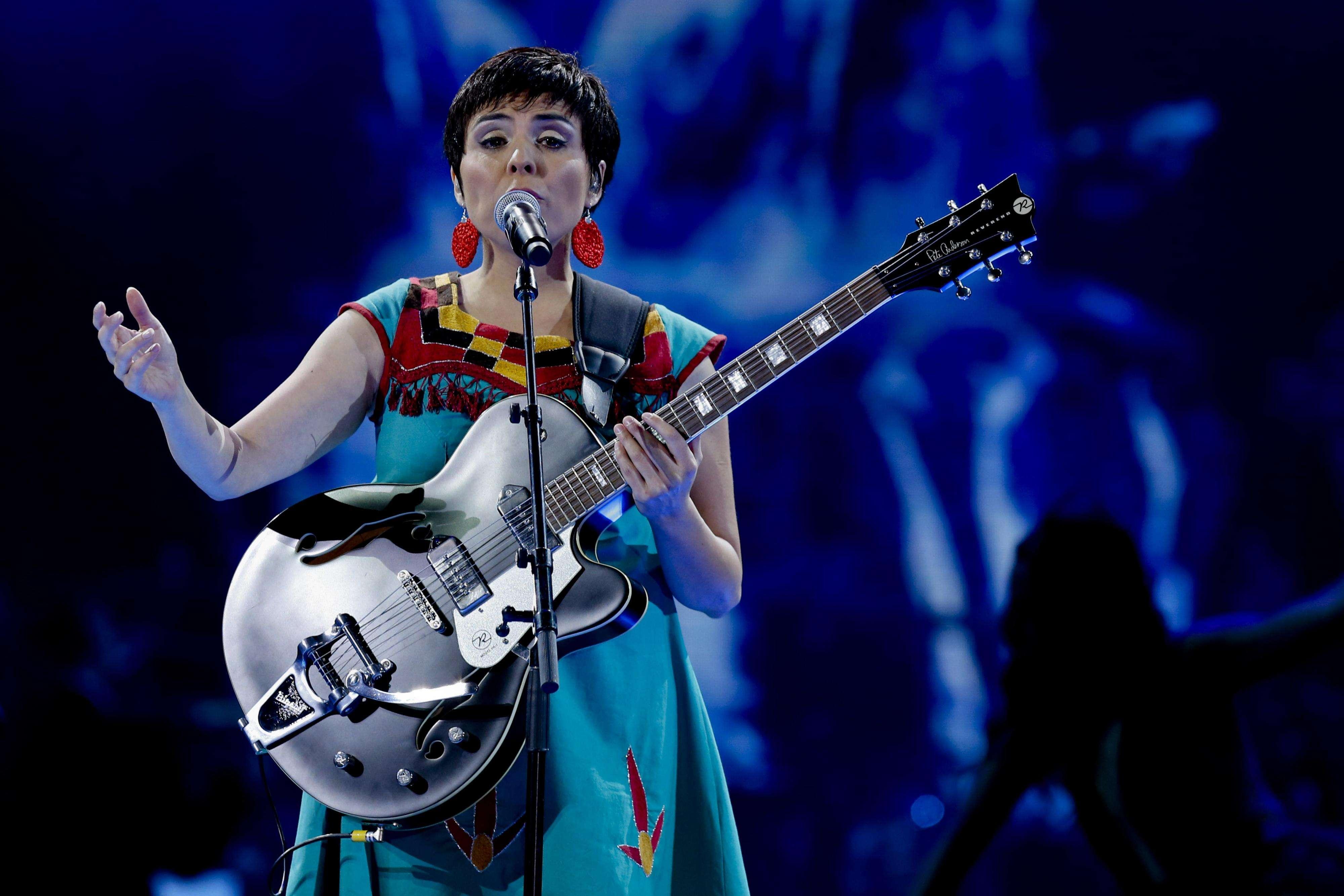 La representante de CHILE Elizabeth Morris , durante la Competencia Folclorica de la cuarta noche de la 56º Festival Internacional de la Canción de Viña del Mar, realizado en la Quinta Vergara. Foto: Agencia UNO