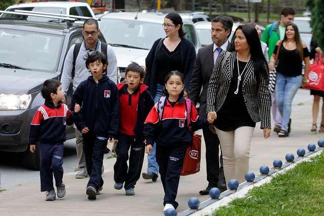 Tomados de la mano de sus padres llegaron los niños a su primer día de clases al Liceo Alianza Francesa que este año fue el primer colegio en iniciar su periodo escolar en la Región del Bíobio. Foto: Agencia UNO