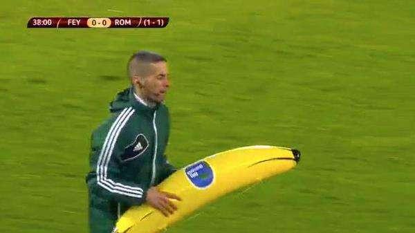 Banana atirada por torcedores teve que ser recolhida de campo Foto: Reprodução